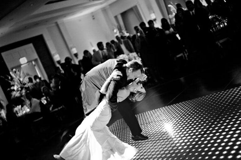Bruiloft met verlichte dansvloer openingsdans