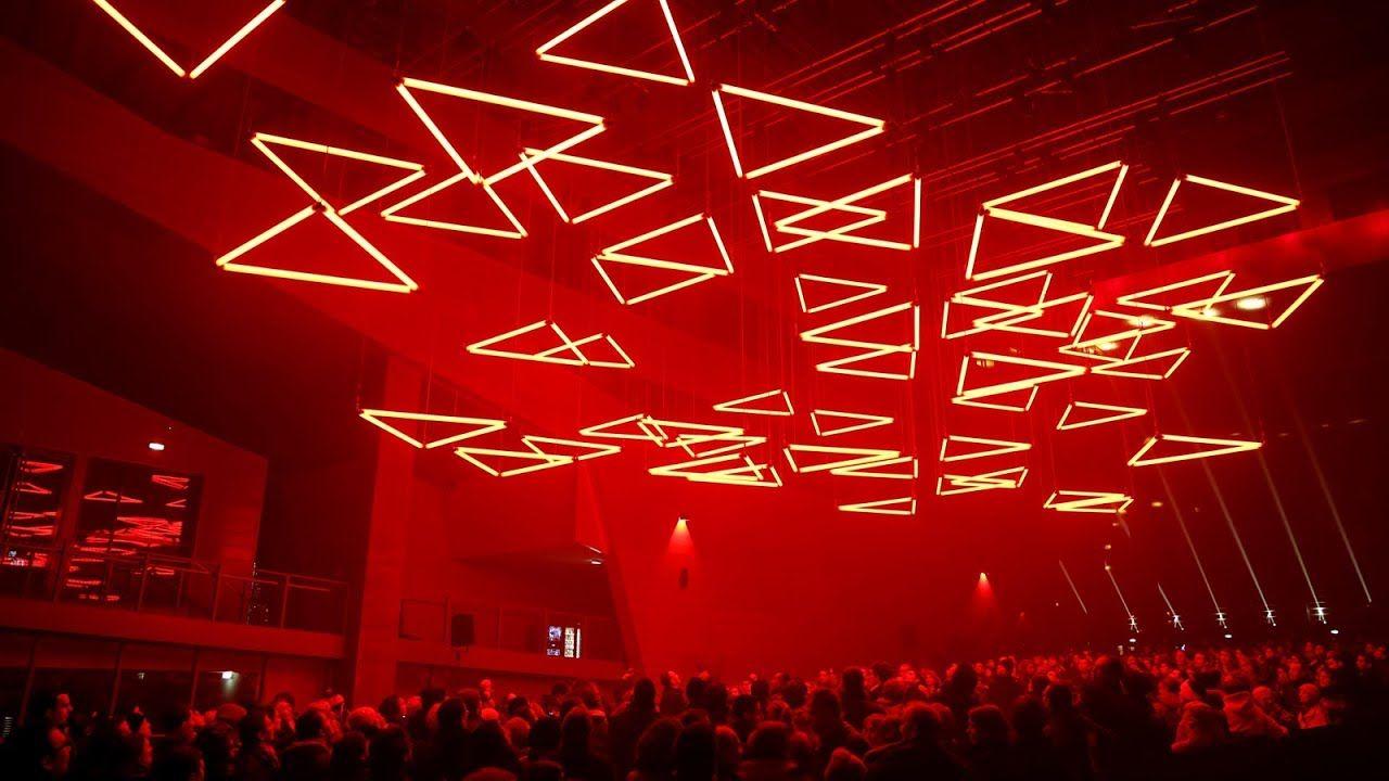 Kinetic tubes in driehoek vorm rood